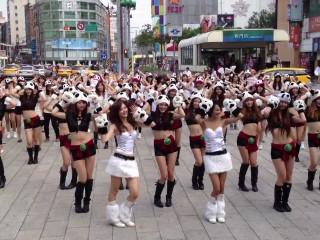 Des danseuses interprètent la chorégraphie des Pandarènes